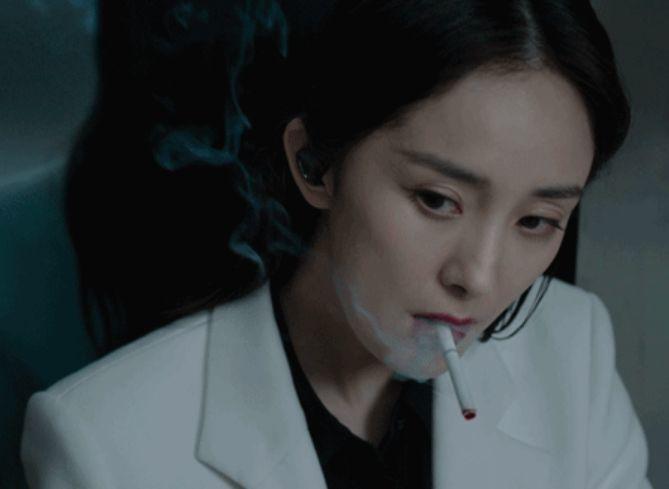 """时尚-女星""""抽烟""""镜头,刘亦菲生疏,杨幂霸气,只有她堪称教科书级别"""