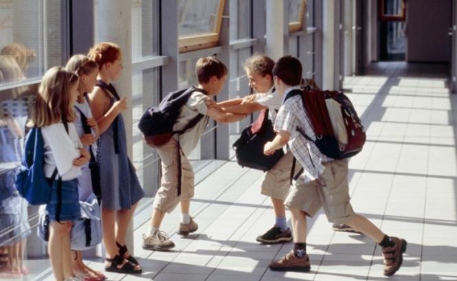 男孩在学校挨打因还手被体罚,妈妈:我