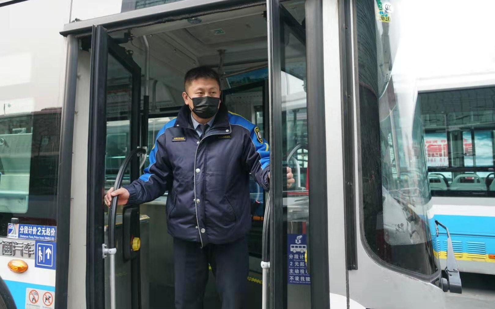 公交司机大敞驾驶室车窗只为车厢内能多通风