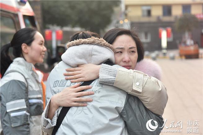 """""""别哭,妈妈是去打怪兽""""重庆援湖北医疗队出征!"""