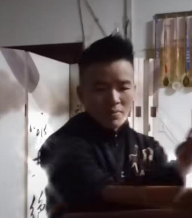 现代叶问暴打木人桩展示实战威力,直言:咏春拳攻守兼备