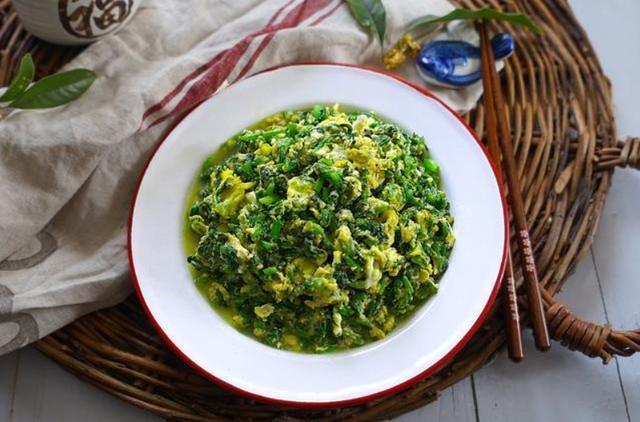 美食-秋冬天气过干,茼蒿搭配鸡蛋简单翻炒一下,更加美味又能润肺