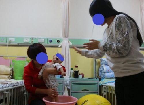8个月大男婴紧握拳头,奶奶发现不对劲带娃去看病,医生:来太晚