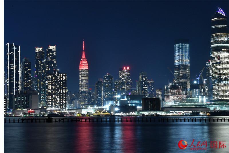 图说世界:纽约贺新春,地标换红装