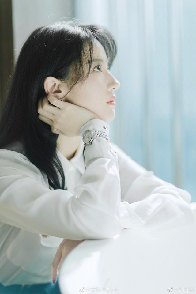 刘亦菲终于不再低调了,机场时尚简约的造型加上一抹红唇惊艳全场
