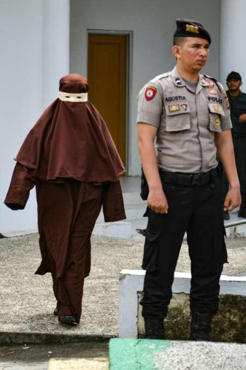 """印尼亚齐成立首支女子鞭刑队惩戒""""道德犯罪"""",被批野蛮不人道"""