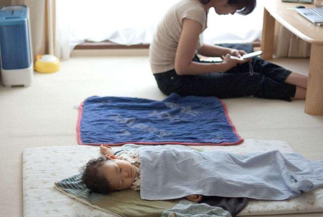 """""""最操心奶爸""""火了,一觉醒来检查宝宝的呼吸,网友:是亲生的"""