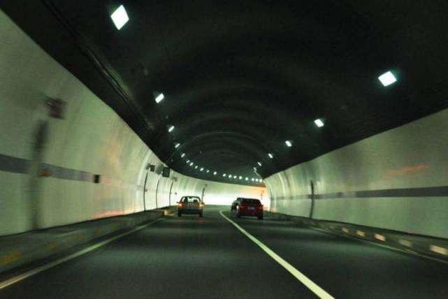 隧道内礼让救护车被罚,车主请求撤销被拒,法官判决大快人心