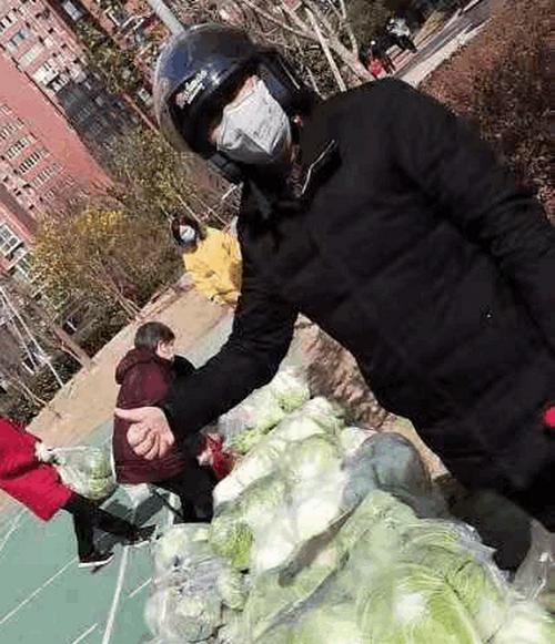 湖北钟祥:菜农蔡兴安向小区业主赠送蔬菜