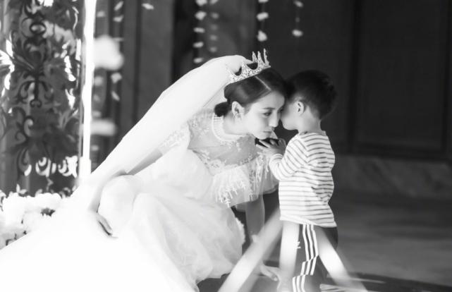 佟丽娅晒照为4岁儿子庆生,一个细节被吐槽不地道,她忙撤回修改