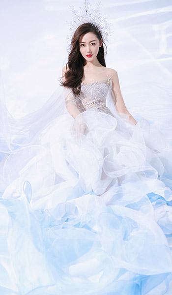 张天爱身披LANYU礼服,春晚窈窕动人的白天鹅