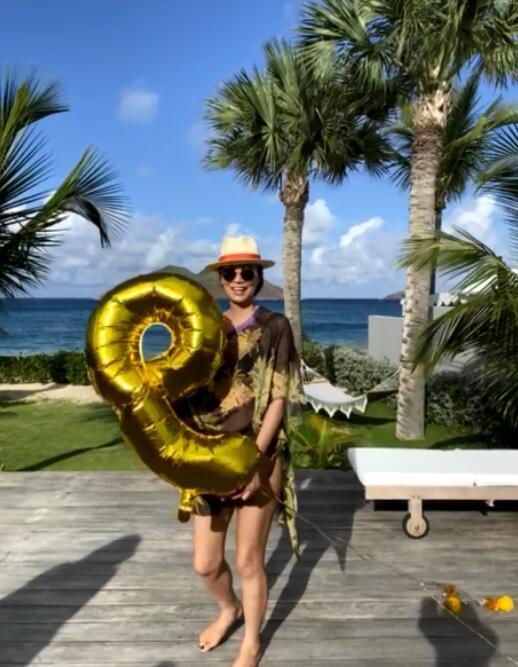 """51岁邓文迪太""""招摇"""",穿泳衣性感迷人,""""1米8的腿""""让人不敢信"""
