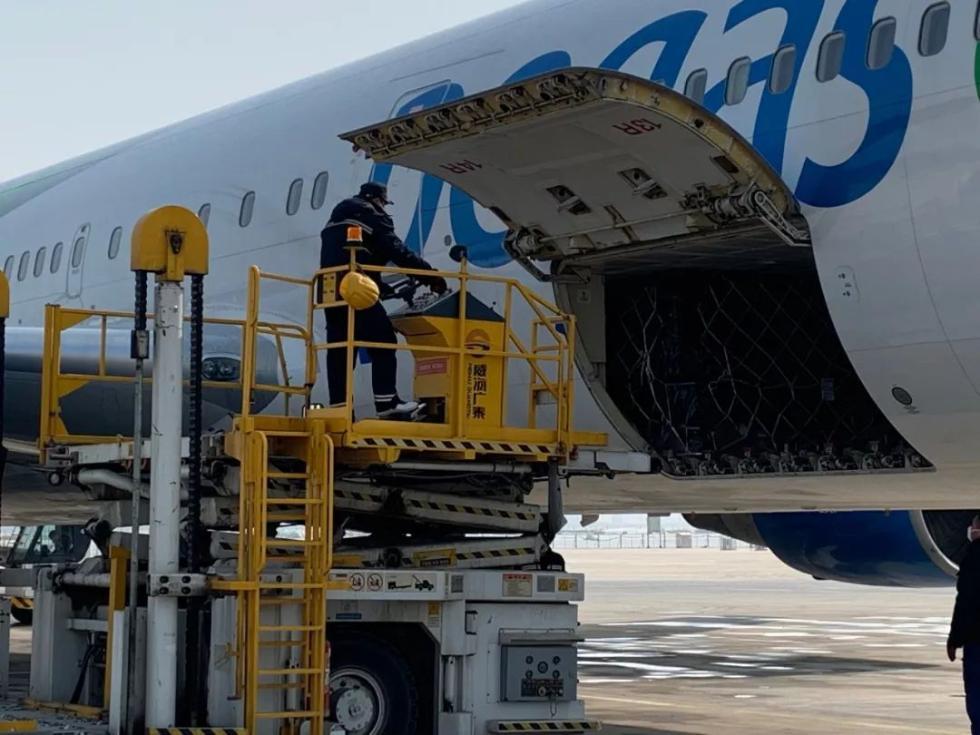 """""""浙江,挺住!""""俄罗斯班机主动延误4小时,50万只医用口罩刚刚抵达"""