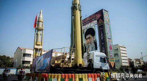 被导弹炸也忍下,两艘航母到位就是不打,美国对伊朗为啥这么客气