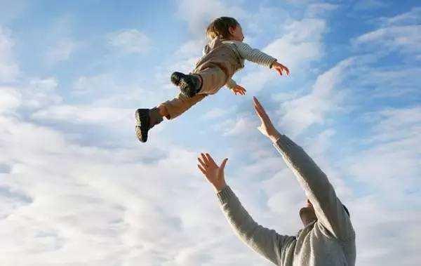 """3月大宝宝脑瘫,与宝妈这个""""哄娃""""方式有关,许多父母都爱做"""