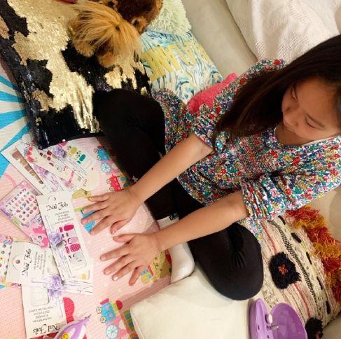 原创陈浩民妻子蒋丽莎在家为女儿们做美甲,母女互动温馨有爱