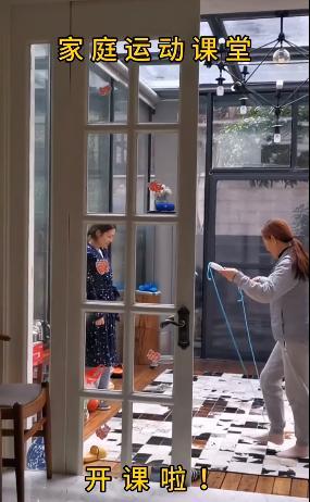留守武汉的杨威一家庭院光脚跳绳,为抵御病毒院子里也装暖气