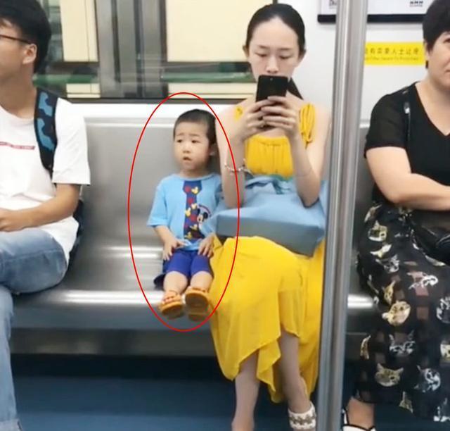 """3岁宝宝坐地铁,全程""""一动不动"""",却引来乘客围观"""