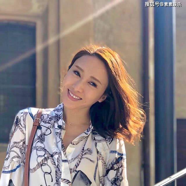 48岁黎姿晒自拍照送祝福,长发披肩楚楚动人,青春又有活力 作者: 来源:素素娱乐