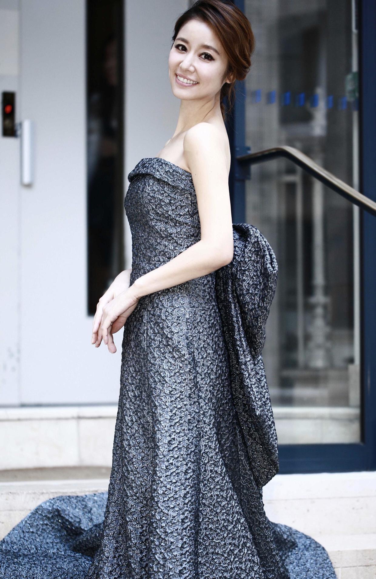 7月5日凌晨,准新娘林心如身着pascal millet高定抹胸长裙,佩戴宝格丽 ruby系列珠宝亮相宝格丽巴黎新款高级珠