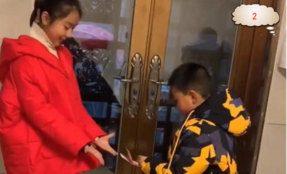 原创9岁叔叔给12岁侄女压岁钱,网友纠结:该按辈分给还是年龄给?