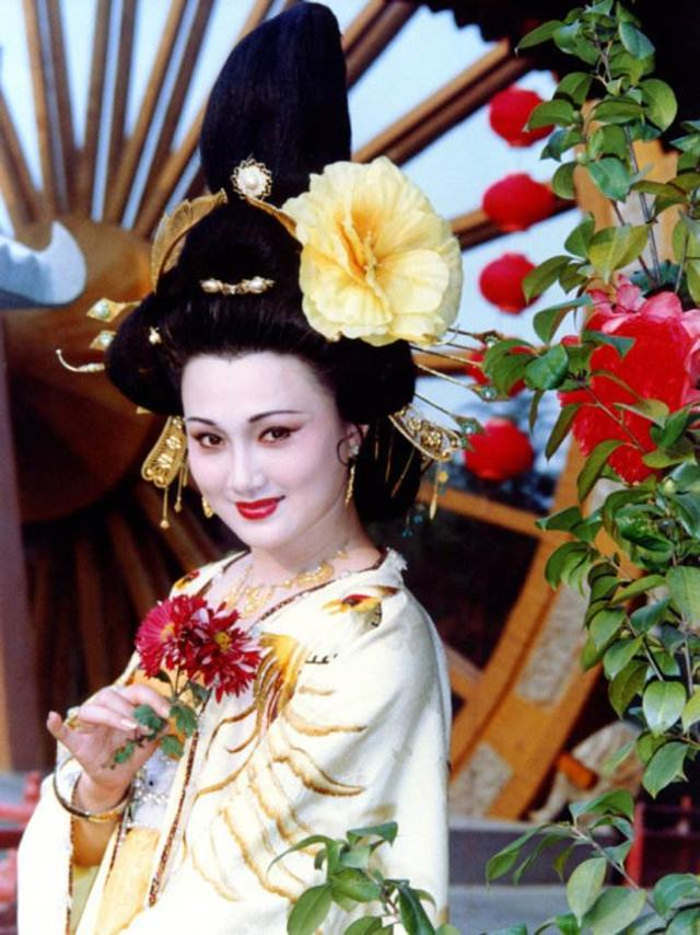 """""""最美杨贵妃""""林芳兵,55岁的年纪比20岁还水灵,太嫩了"""
