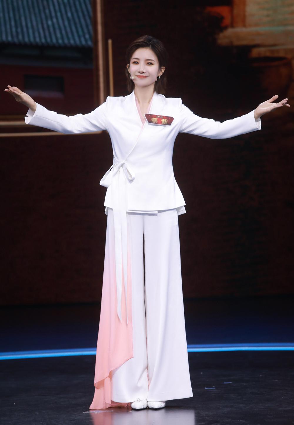 主持人蔡紫好会穿!衬衫简约西装干练,是职场丽人的高级穿搭范本