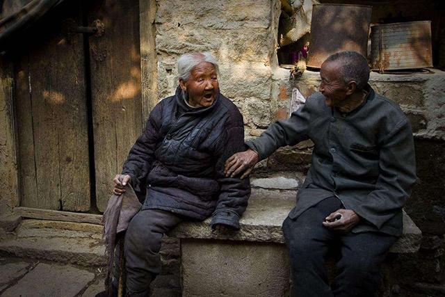 """农村老农很无奈,""""新不孝""""怪象普遍:想和儿女说说话,不要钱!"""