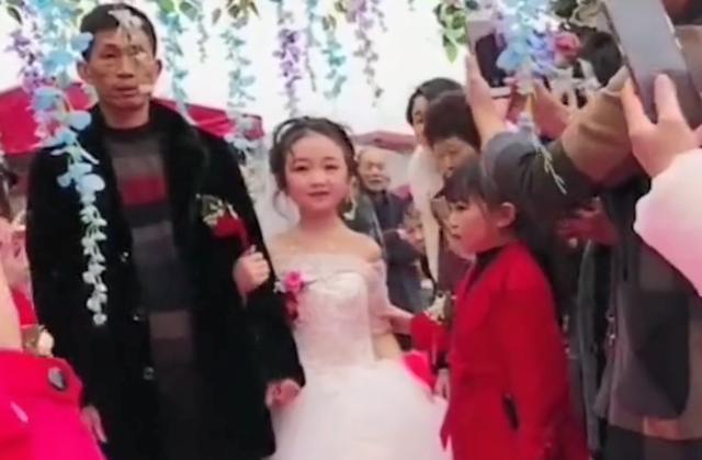 """四川最美""""袖珍女""""结婚了,30多岁还是10岁童颜,父母含泪送嫁"""