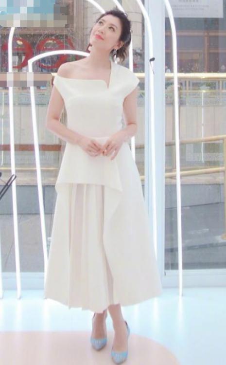 贾静终于换发型,Lob卷发配褶皱裙,45岁美得像小姑娘