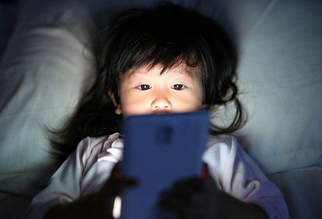 5岁男孩半年近视1000度,检查出原因后,孩子妈掩面痛哭!