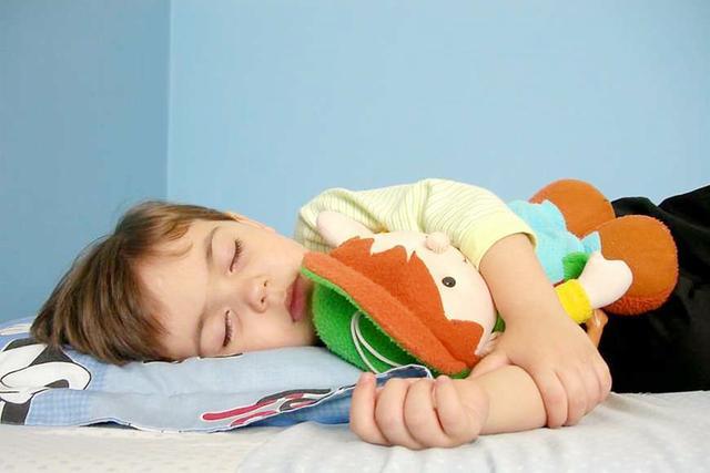 """宝宝睡得多能长个已辟谣,专家表示,孩子睡眠要有""""黄金90分钟"""""""