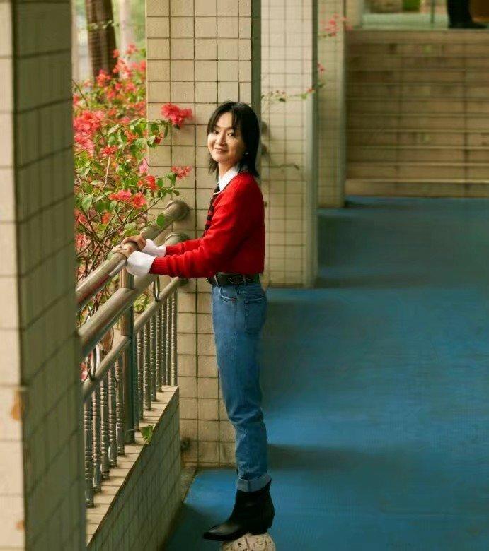 周筆暢攜手《新視線》,身穿紅白襯衫搭牛仔褲出鏡,瞬間年輕十歲
