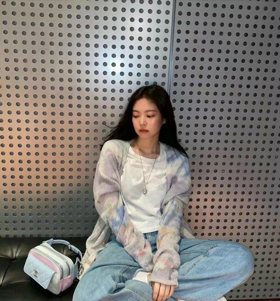 """她是韓國""""貓相""""愛豆代表,白T牛仔褲搭針織外套出鏡,簡潔舒適"""