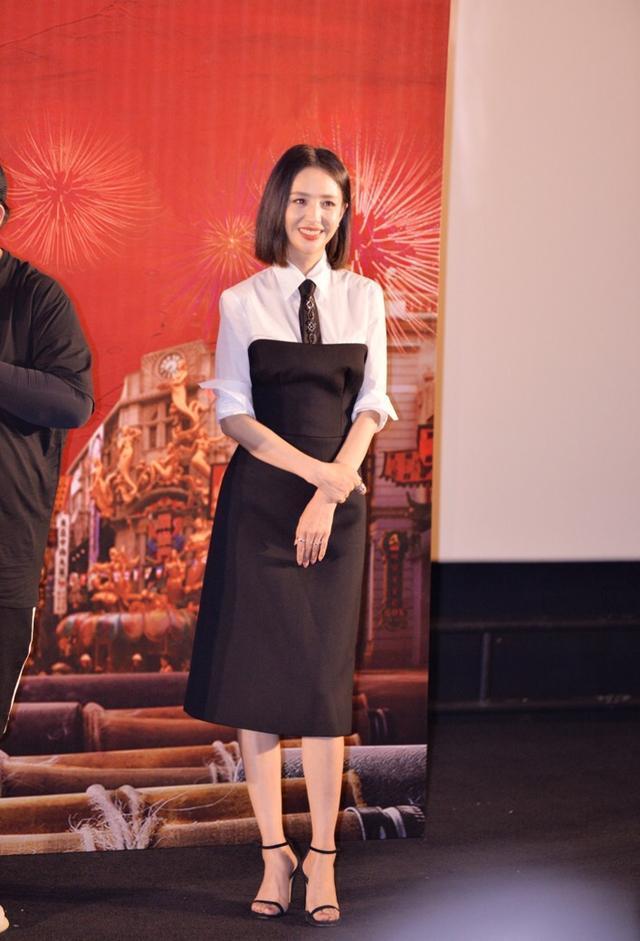 佟丽娅身材不丰满但比例好,真空连衣裙穿出超模范,让人不得不爱