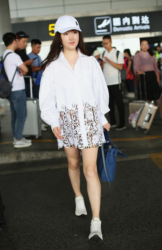 杨钰莹真是微胖界穿衣典范,拼色西装时髦炸了,胖出双下巴依旧美