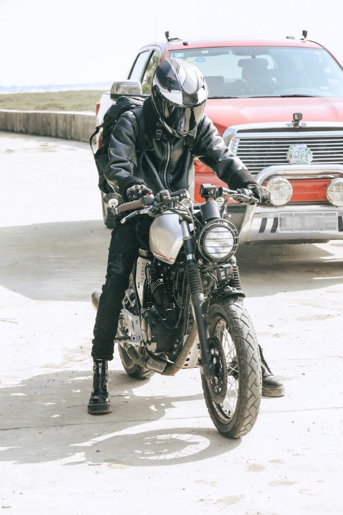 林彦俊一袭黑衣骑摩托酷炫拉风 变身渔夫男孩捉螃蟹