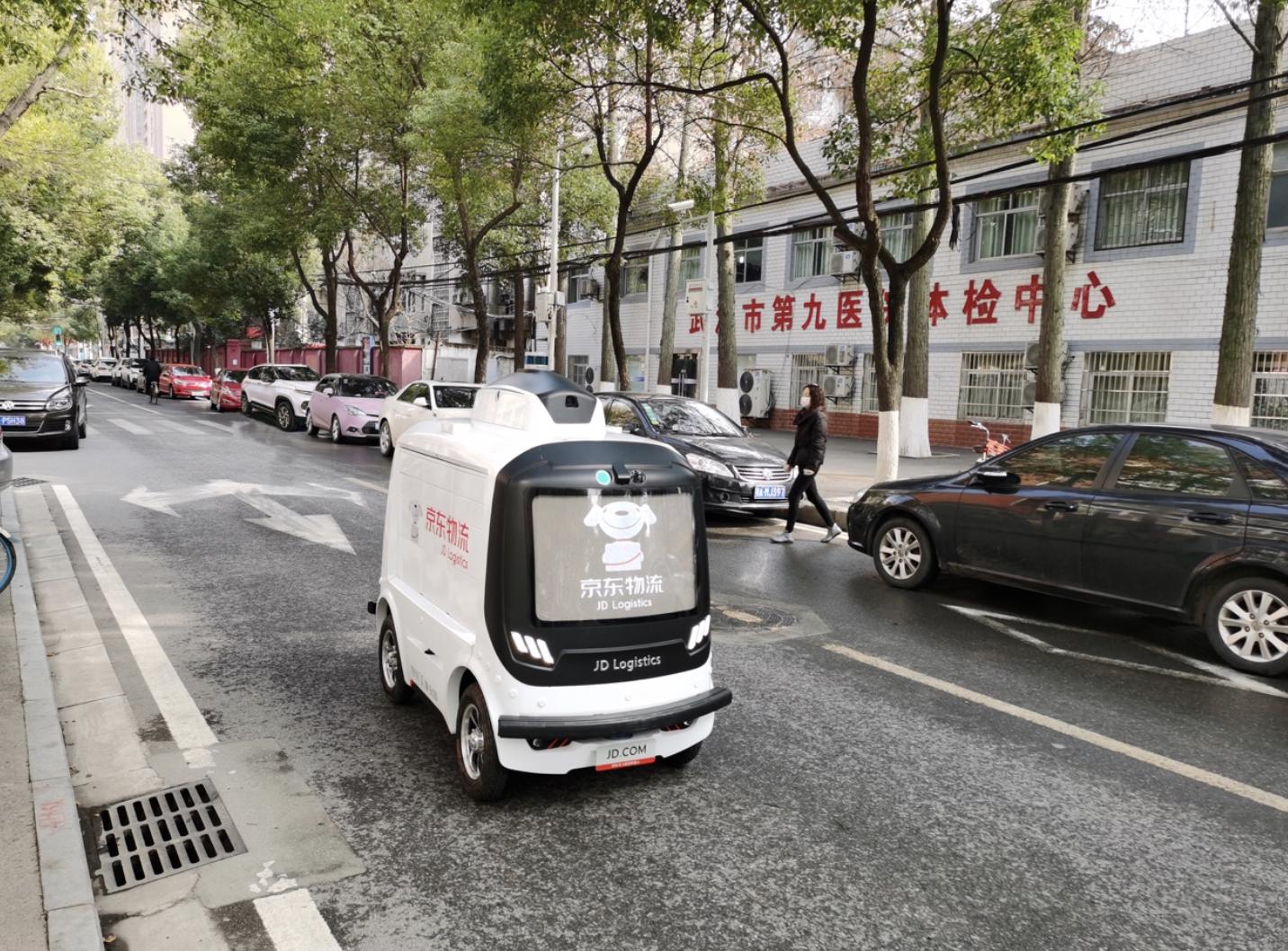 京東物流使用機器人送貨完成了武漢智能配送第一單