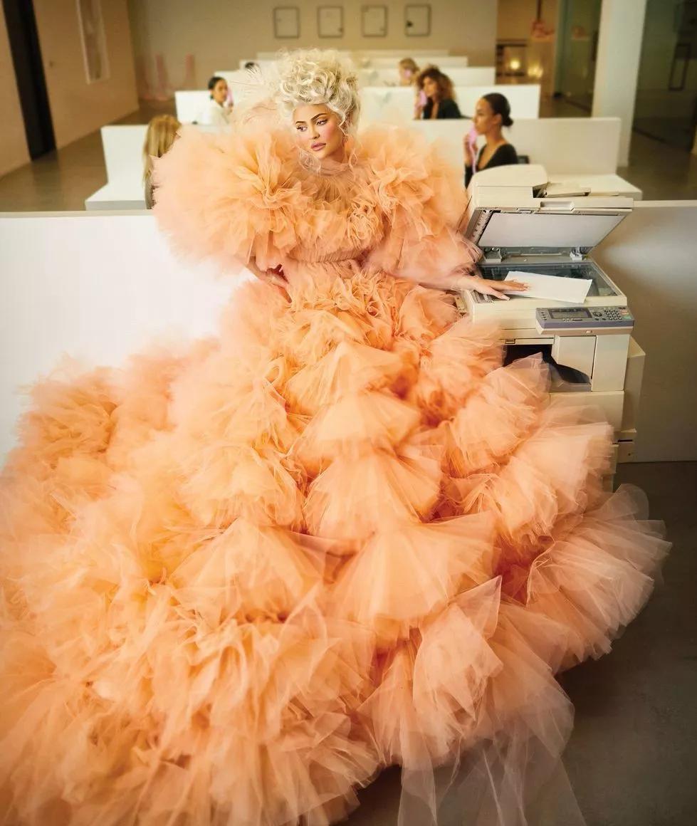 """卡戴珊家族""""最富""""女人登杂志,穿富贵裙装气场强,装不出的霸气"""