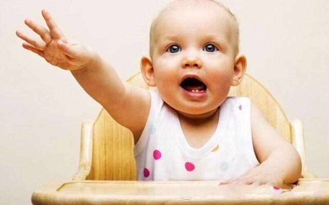 """宝宝吃手该制止吗?孩子在探索世界,你可别当""""绊脚石"""""""