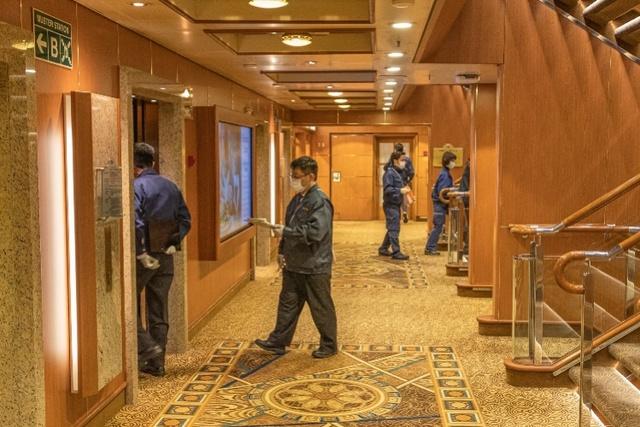 """海上隔离的""""钻石公主号"""":乘客可短暂上甲板,工作人员送来扑克"""