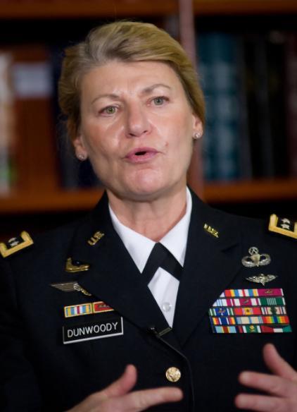 美国陆军首位女上将,参加过海湾战争,一生钟情于伞降事业