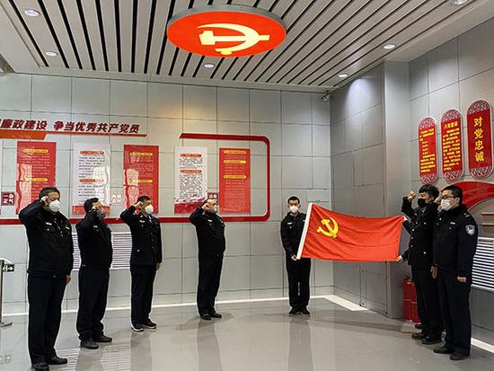 """哈尔滨市公安局12名战""""疫""""先锋战时光荣入党"""