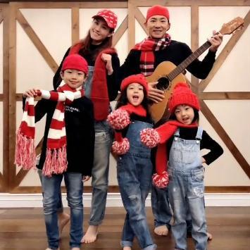 劉畊宏老婆曬一家五口合照,全家戴紅帽子紅圍巾,喜氣洋洋