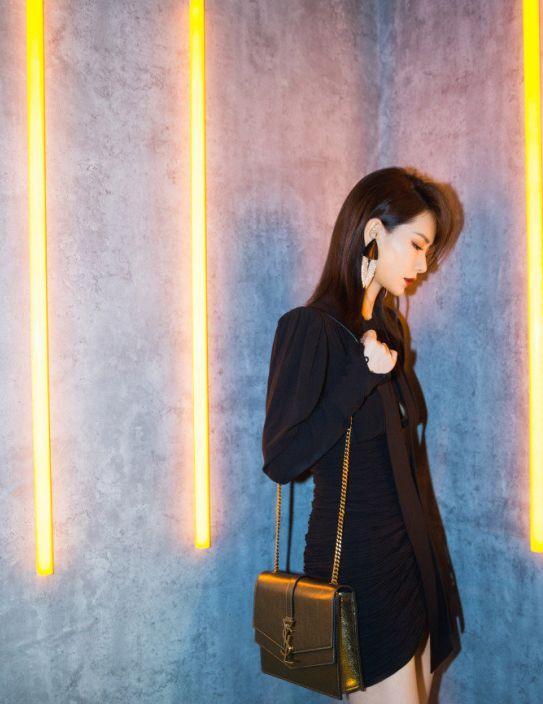戚薇上演黑色诱惑,穿黑色短裙尽彰显婀娜身姿,金色链条包最靓