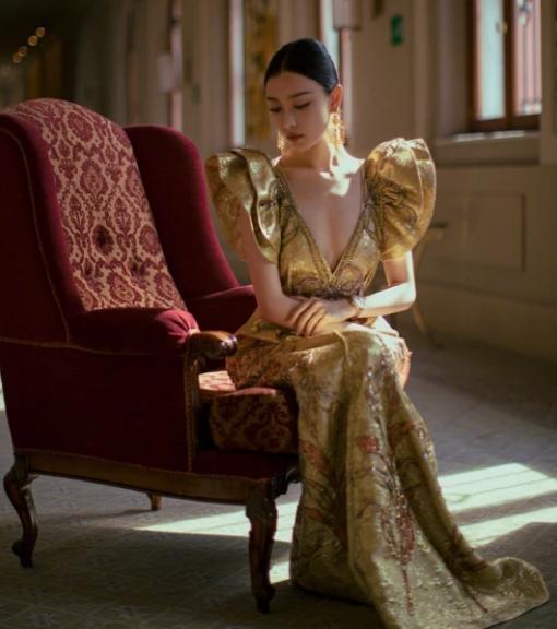 """倪妮造型大胆,穿一袭金色刺绣长裙""""真空""""上阵,这是要撩谁?"""