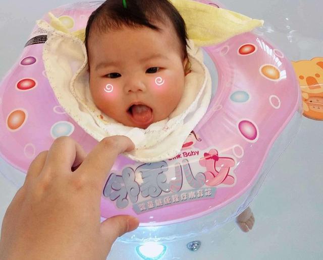 冬天给宝宝洗澡,需要小心避开这几个雷区,否则很容易生病