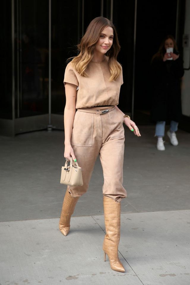 女星艾什莉·本森纽约街头时尚拍照,她的俏美让人心动