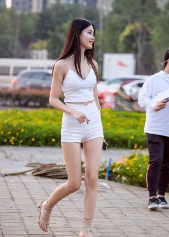 街拍:清爽可爱的小姐姐,一件白色的连衣裙镂空打扮,穿出时尚魅力优雅