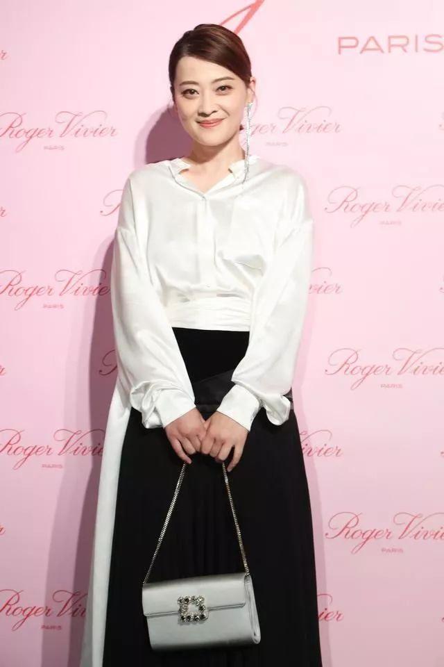 梅婷从不营销自己,穿紧身裙胯宽腰粗,但她的优雅气质无人能比!